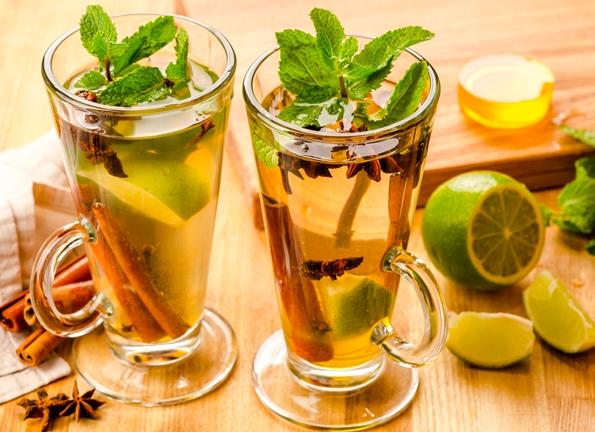 Марокканский чай со специями в стакане