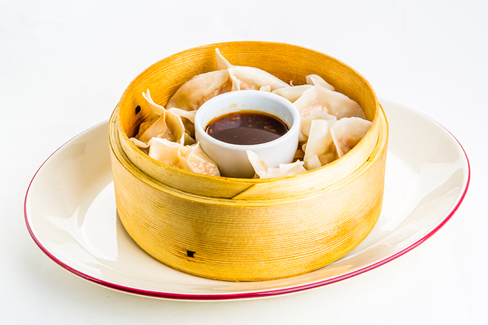 Японские пельмени с креветками, цыпленком и имбирем, обжаренные или на пару, с соусом на основе кунжутного масла 440 р.