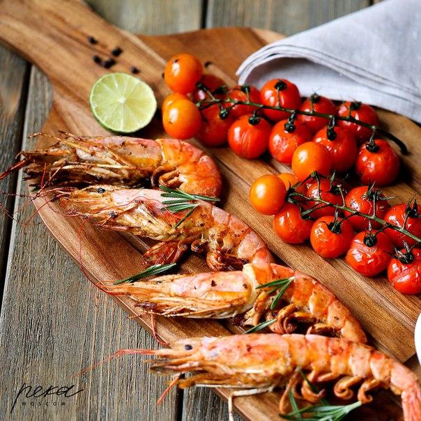 Жареные тигровые креветки с томатами черри и петрушкой